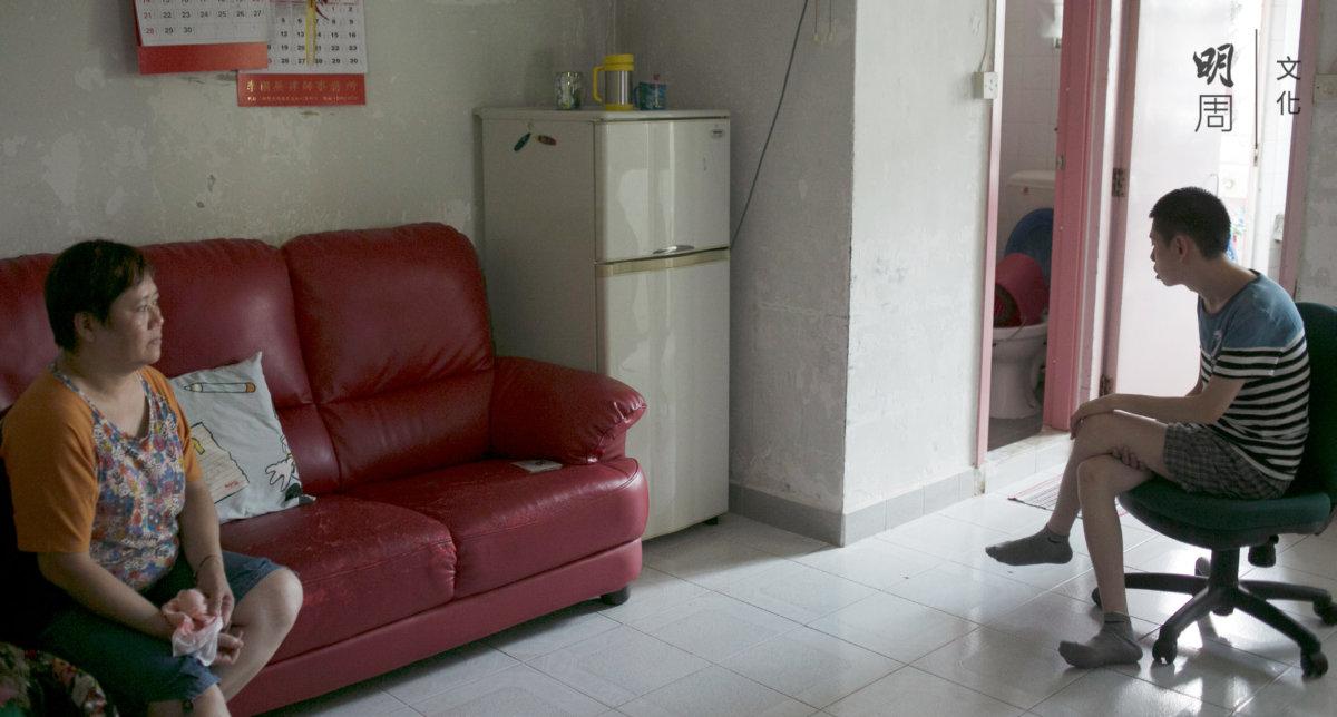 山媽獨自照顧兒子的起居飲食,他們之間沒有語言,這麼近又那麼遠。