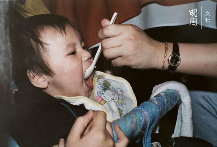 阿山小時候由媽媽餵飯,他從小愛吃,胃口特別好。二十五歲依然由媽媽餵飯。