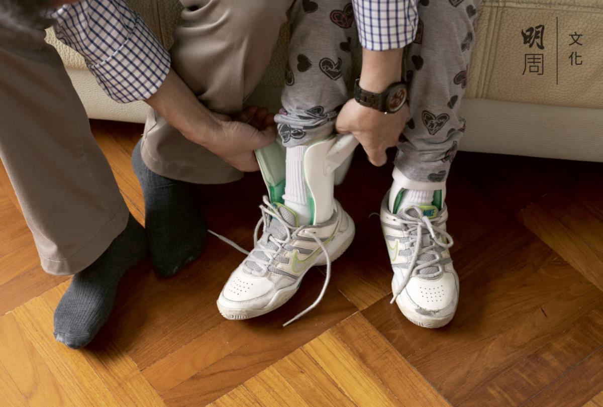 盈盈有扁平足,需要長期戴腳拖。回到家裹,爸爸溫柔地為她脫鞋。