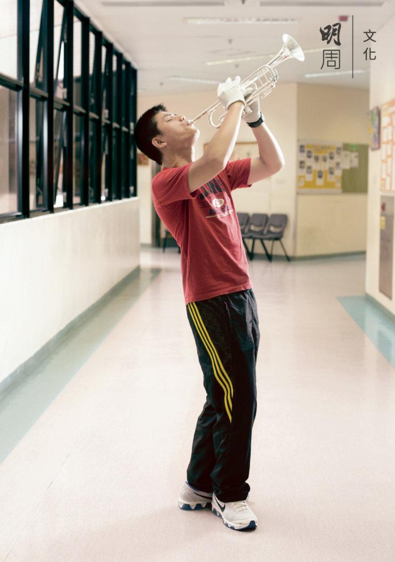 馮健溏 24歲 「我喜歡音樂、跳舞、任何形式的藝術。 我的專長是吹色士風、跳舞、畫畫。2002年開始學習吹小號,現在已經考獲英國皇家音樂學院第五級,有無數次公開演出的經