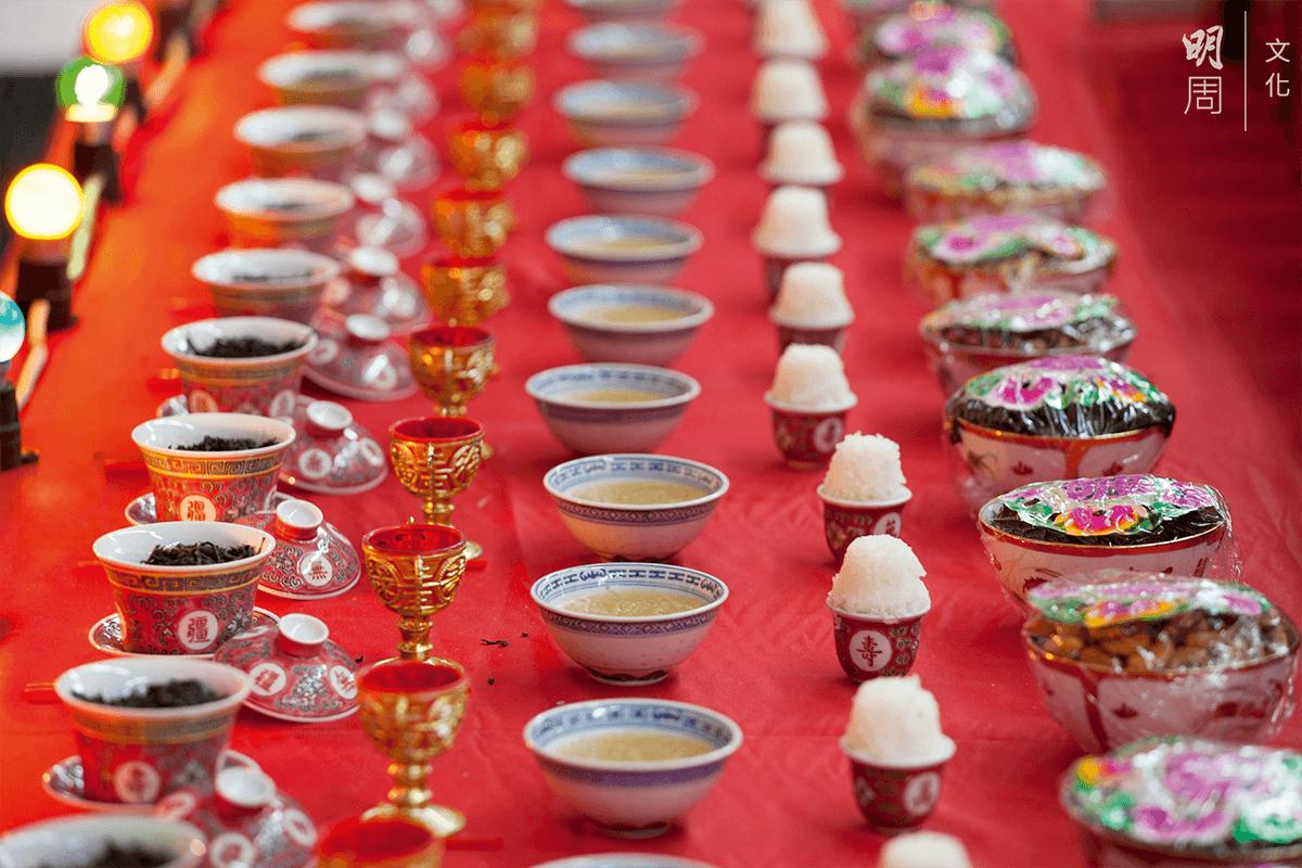 酒具及茶具:祭祀時的每套酒具及茶具字數量上各有講究。十二隻兜杯裝酒,代表十二個月;二十四隻則代表二十四節氣。十隻碗代表十個 「天干」,敬請神饗。數量因地區有異。