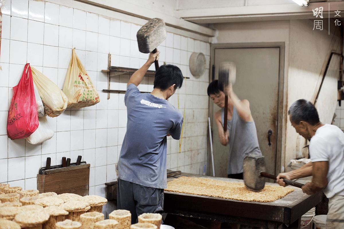傳統師傅常用「雙頭木槌」來製作花生糖,提起時很重,比較費力。