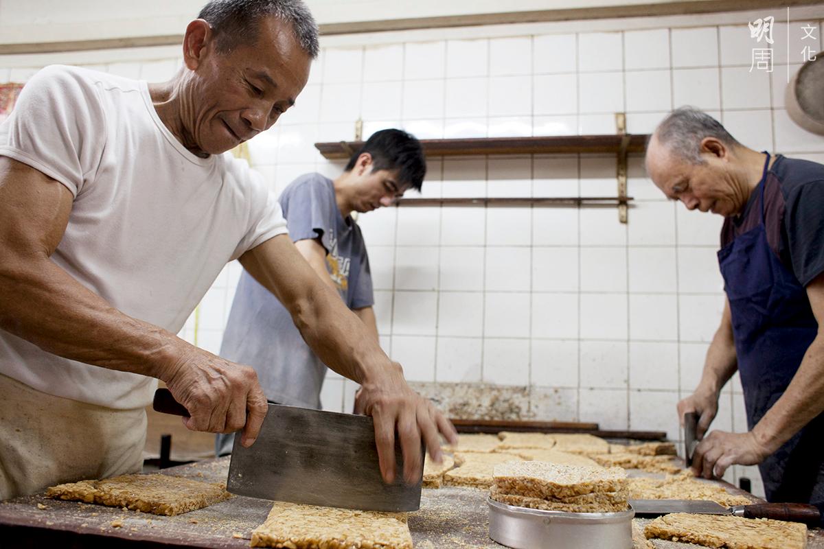 利索的師傅切糖塊如切蛋糕,什麼形狀都能切出 來,力氣小一點都不行。