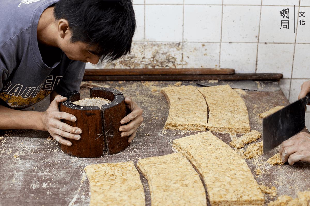 用模子製成豆仁團,潮州人將花生稱作豆仁。