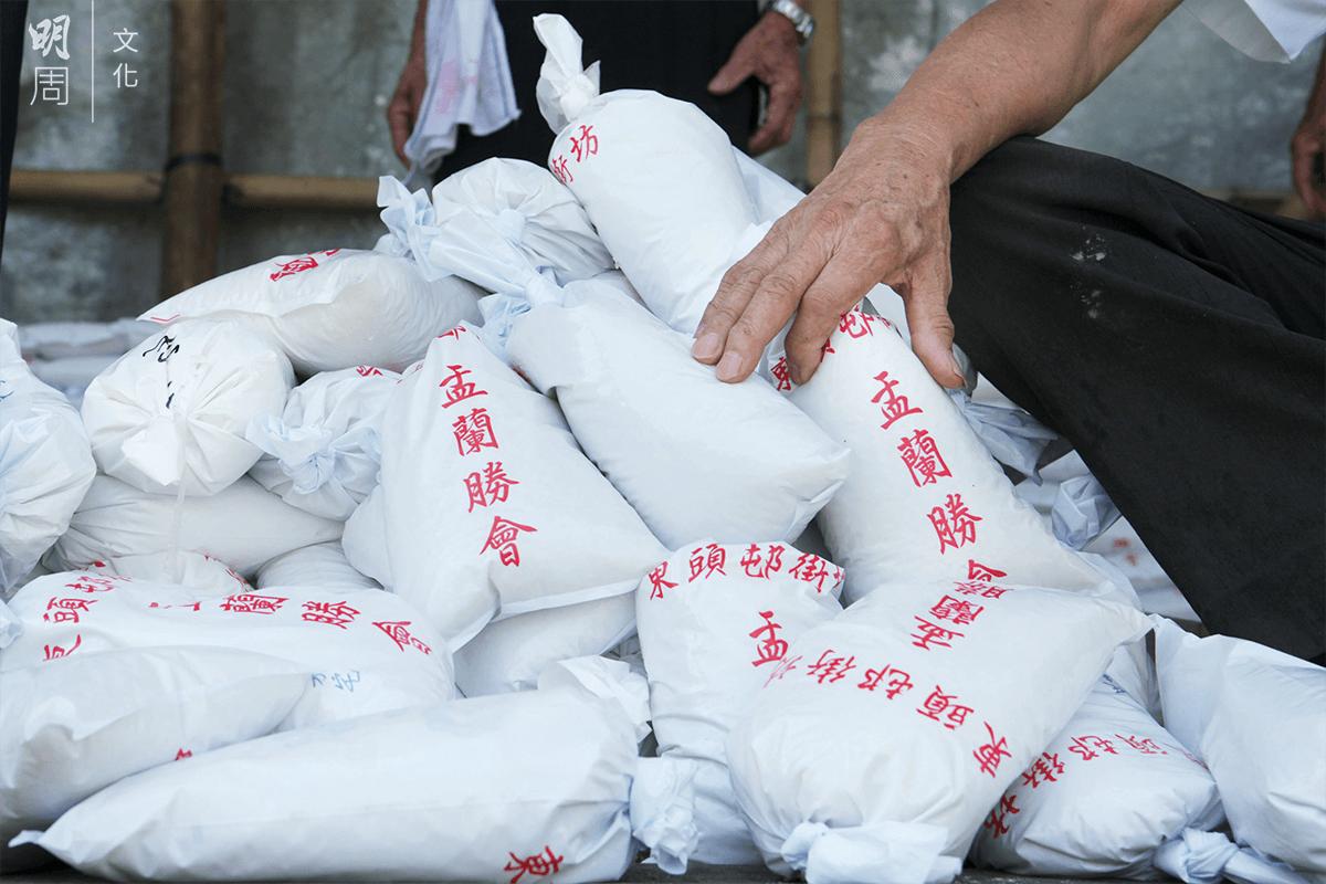 當局的指引規定米包重量為一公斤。不少主辦團體都覺得太少,拿不出手。