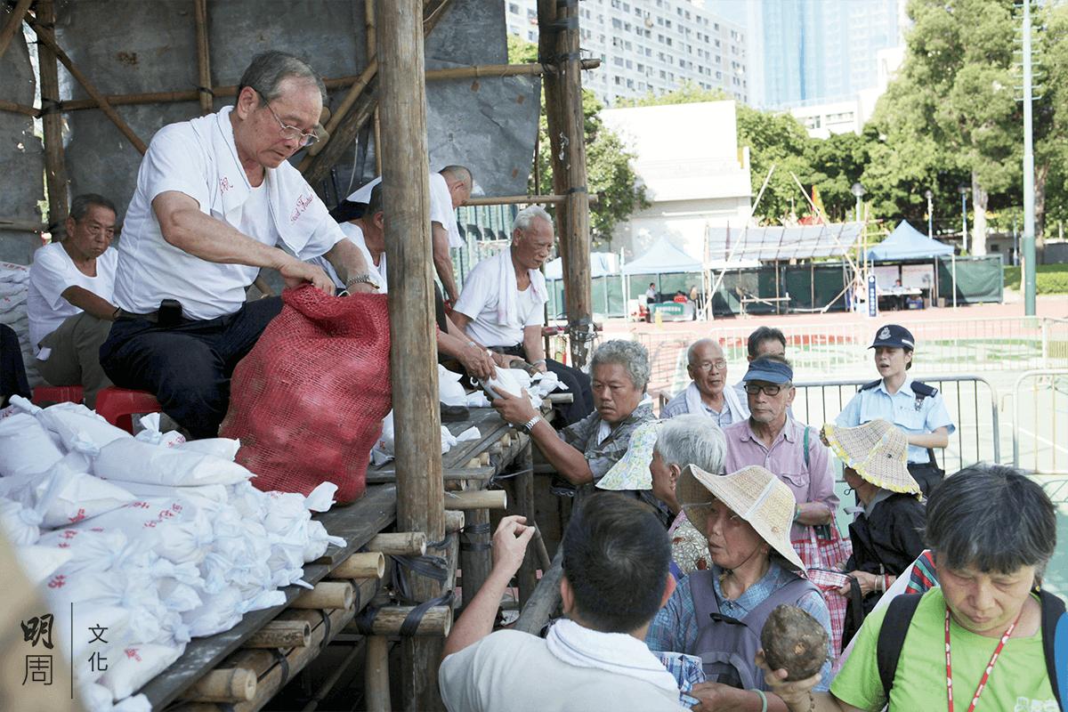 雖然警察在場維持秩序和監督,但值理會不忍街坊苦等而收穫微薄,機會來了,再送上一個芋頭吧。