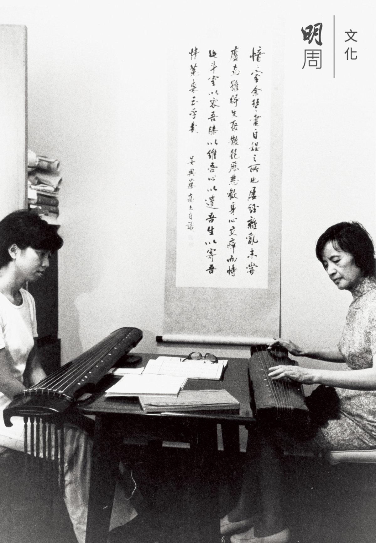 蔡德允(右)上課教授新曲時給劉楚華示範。照片攝於1970年代。圖片提供:郭茂基先生;圖片出處:《香江琴緣》展覽圖錄(康樂及文化事務署出版)