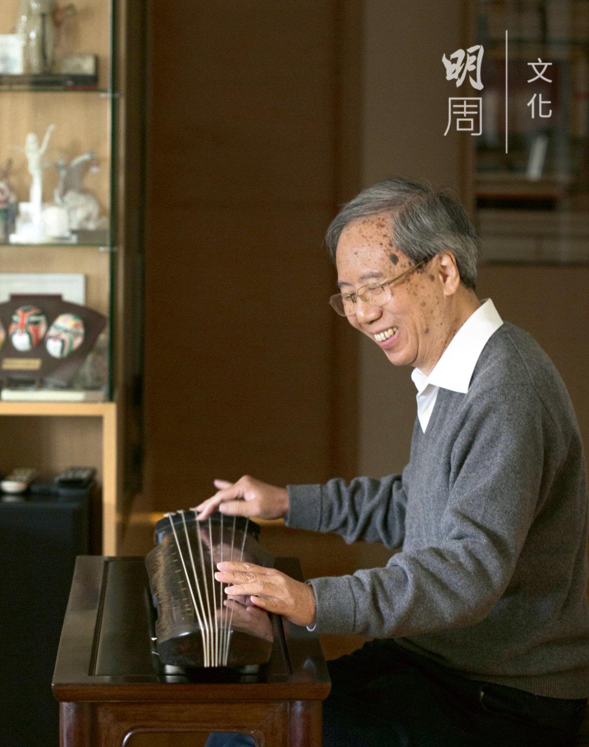 謝俊仁,香港中文大學民族音樂學博士。三十多年前先後隨關聖佑、劉楚華及蔡德允學習古琴。 曾多次在香港、內地和海外演奏。 積極參與古琴創作、打譜、教學 和研究工作。謝氏為退休醫生,曾任教於中文音樂系與演藝學院。 現為德愔琴社副社長、以及中大音樂系古琴導師。曾參與《中國古琴名家名曲》、《琴韻繽紛》、 《古琴薈珍》、《清音重聞》等唱片之錄音出版,並出版個人唱片《一閃燈花墮》和《秋月清霜》。