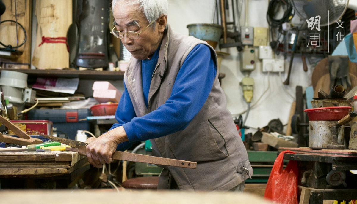 蔡師傅八十一歲仍對斲琴充滿熱忱,一有精神就自製工具。