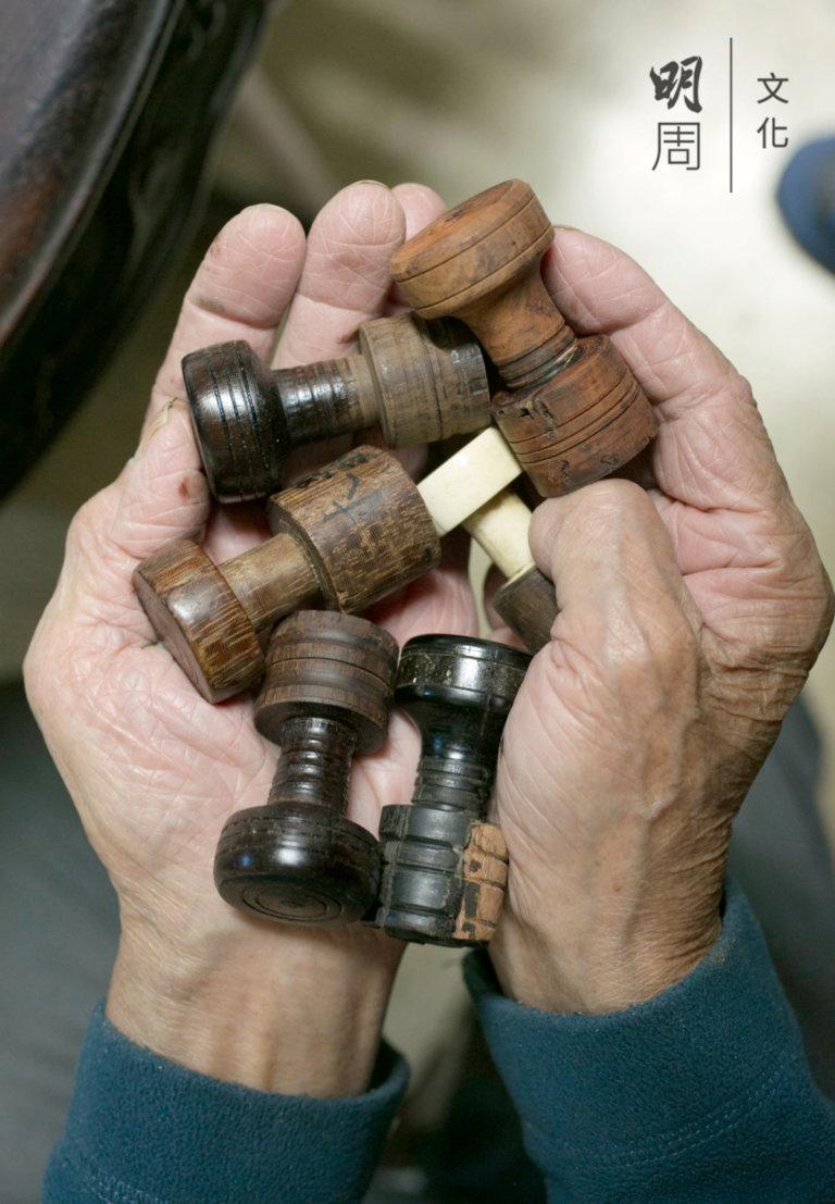 手裏的雁足,有黑檀、紫 檀、雞翅木、酸枝、紅檀 等,用來纏住琴絃末尾用 的,需要堅硬的材質。