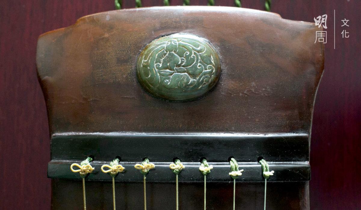 琴長130厘米,屬大琴。杉 木面板,山樟底板,蚌徽, 烏木軫,岳山,焦尾,琴額嵌玉飾。