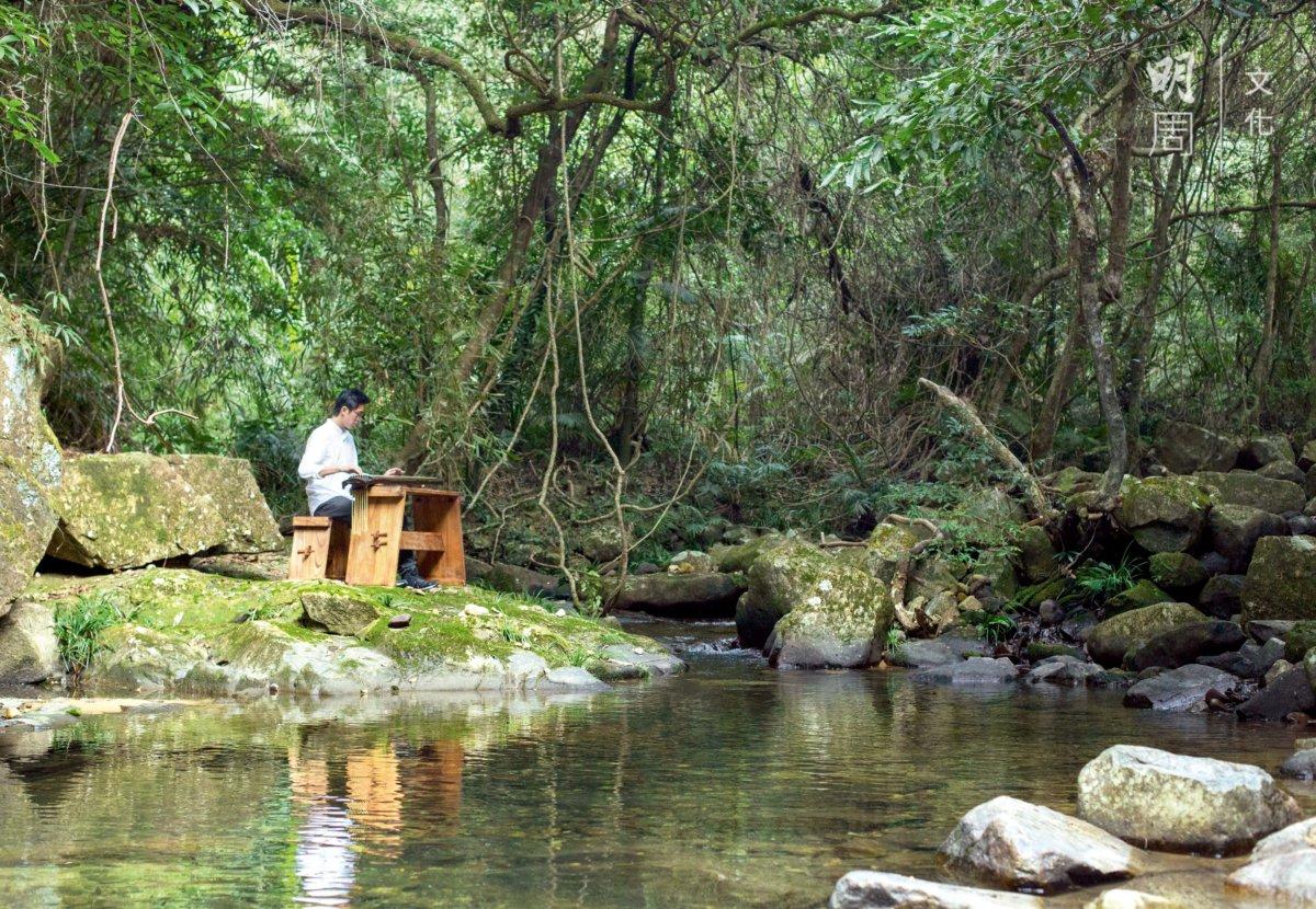 琴人鍾兆燊在溪邊徐徐彈起《水仙操》。