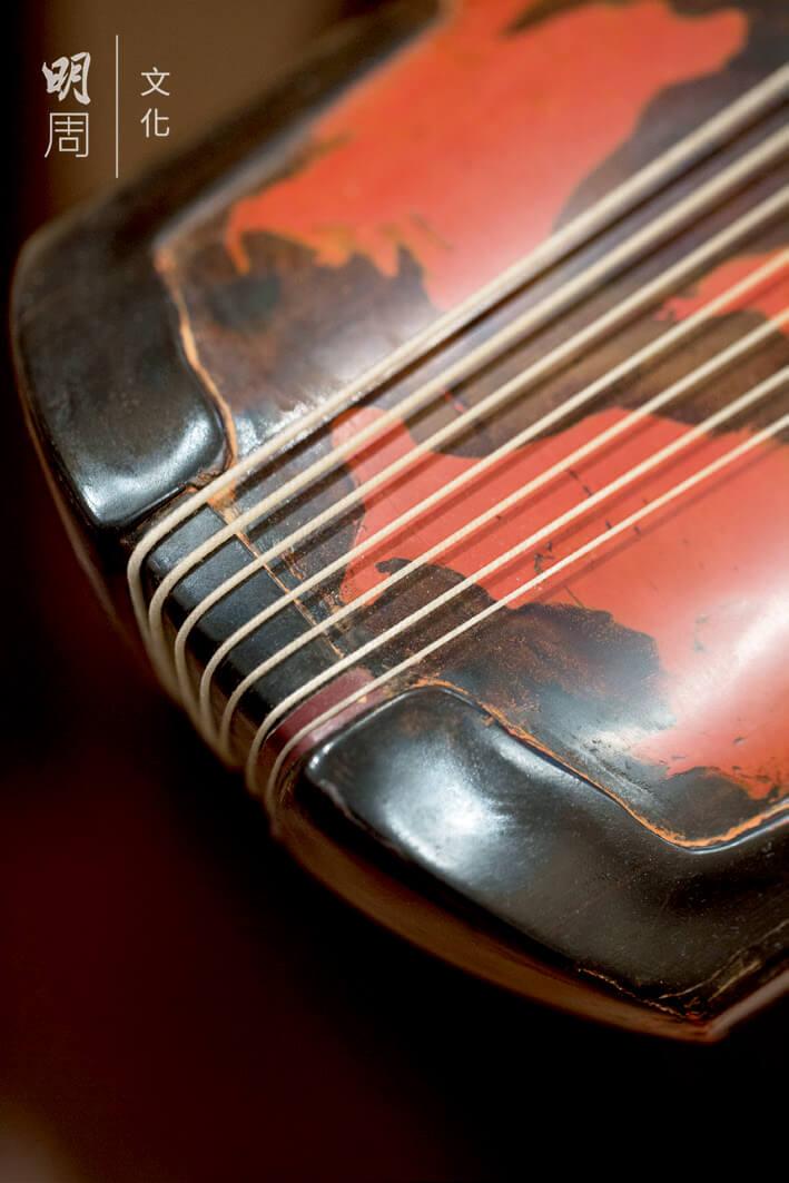 蘇思棣自斲鳳勢式古琴,名曰「逍遙」。