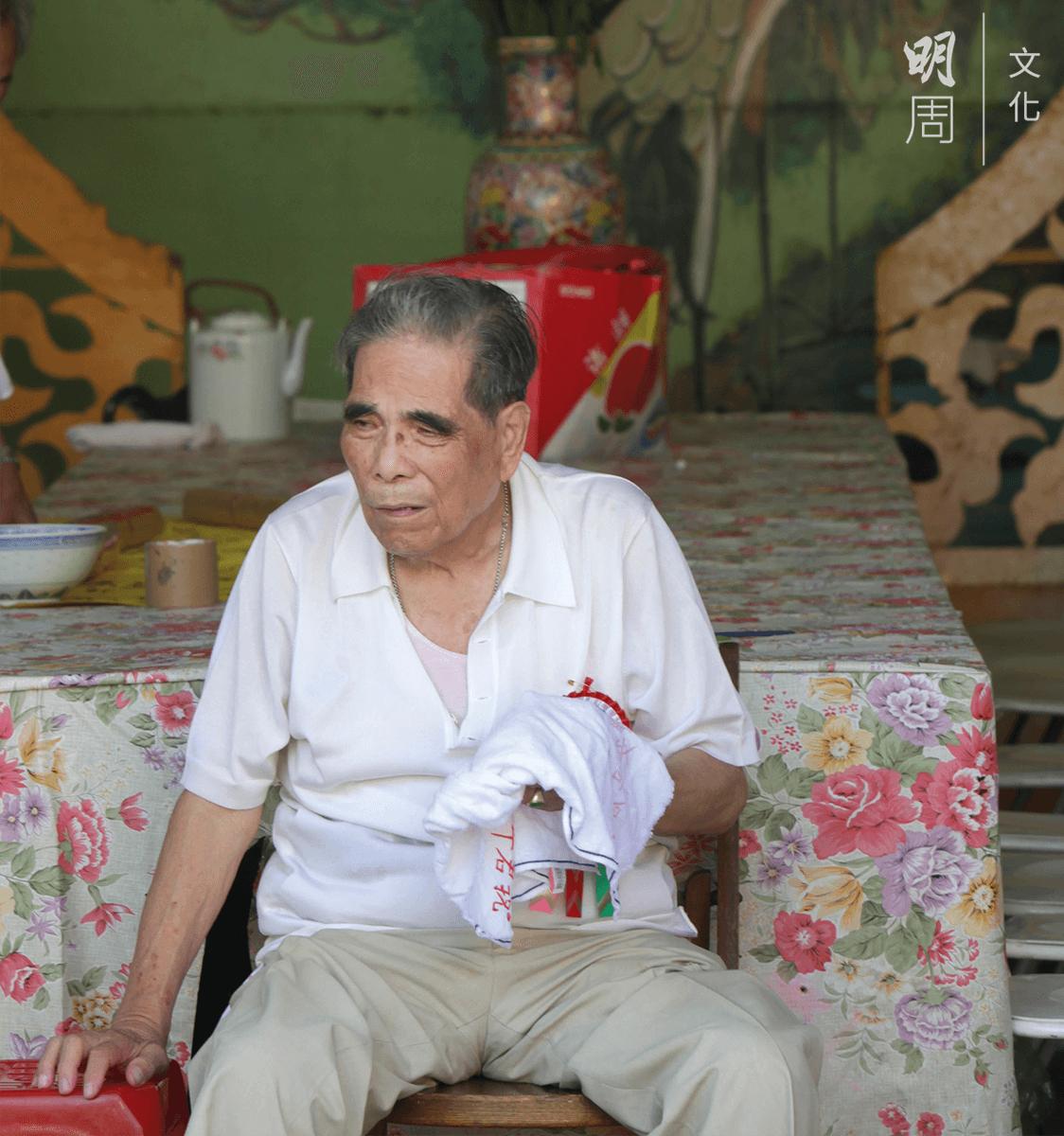 八十一歲的會長莊 沛在參與東頭村盂 蘭勝會近五十年, 負責統籌全局,應對和接待各政府部 門, 每 日五點起牀,忙到凌晨一兩點才睡,要操心的事情可不少。