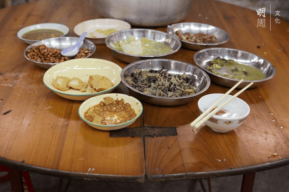 廚房設流水席,時時有飯粥和潮式齋菜供應,街坊自由出入。