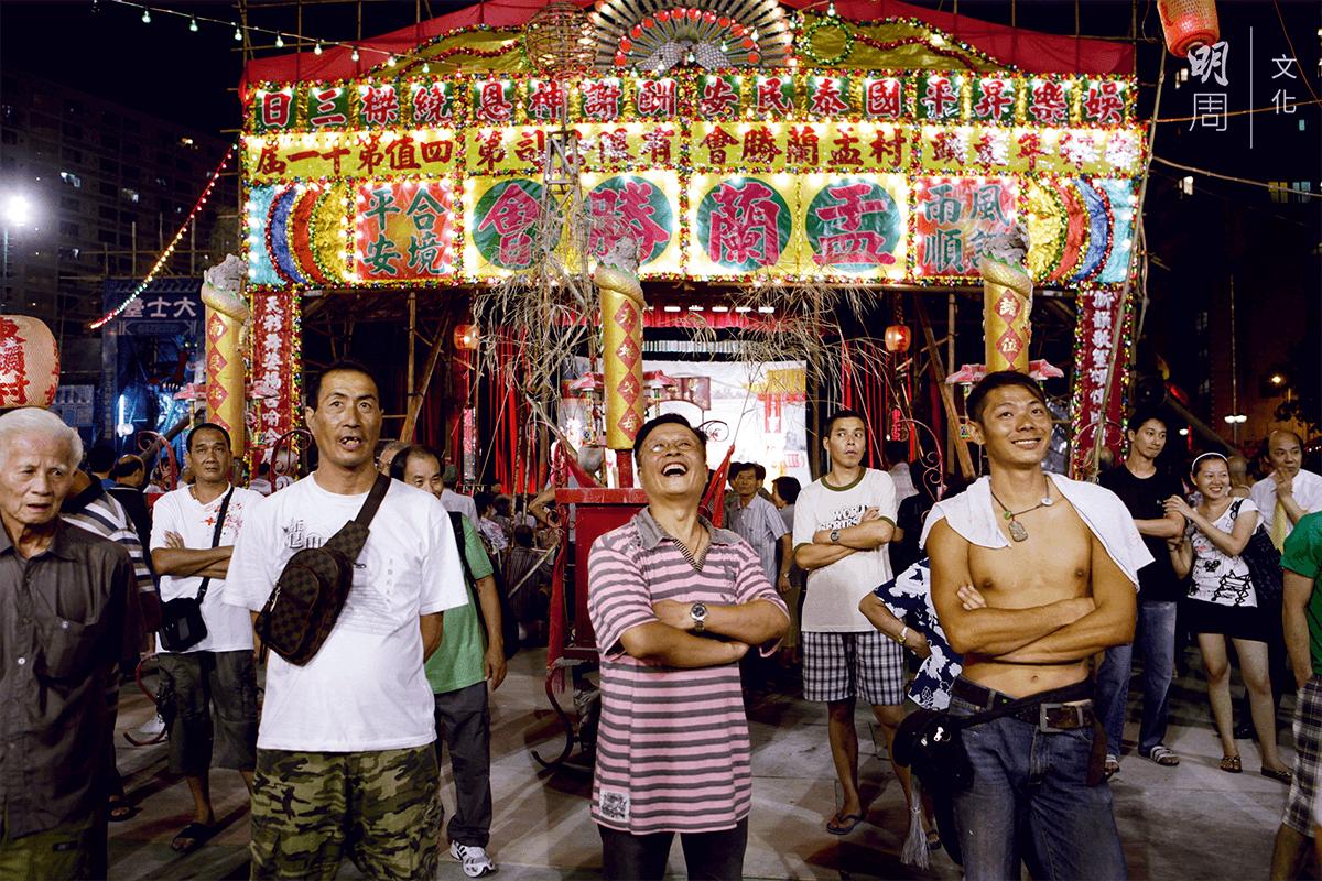各路街坊,都在這個時候聚首一堂,有的觀摩娛樂,有的更落手落腳幫手。
