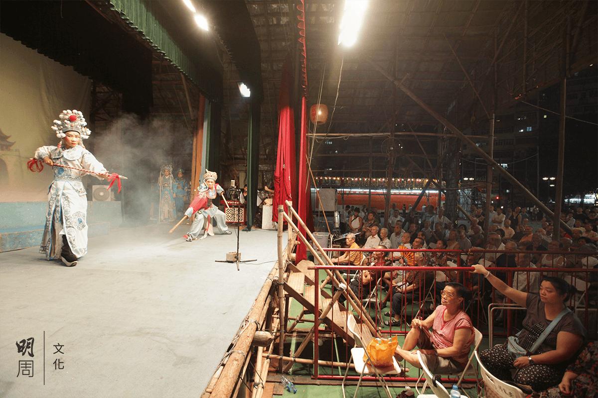 自 1990 年代初開始,香港戲班從潮汕地區請來潮劇演員。