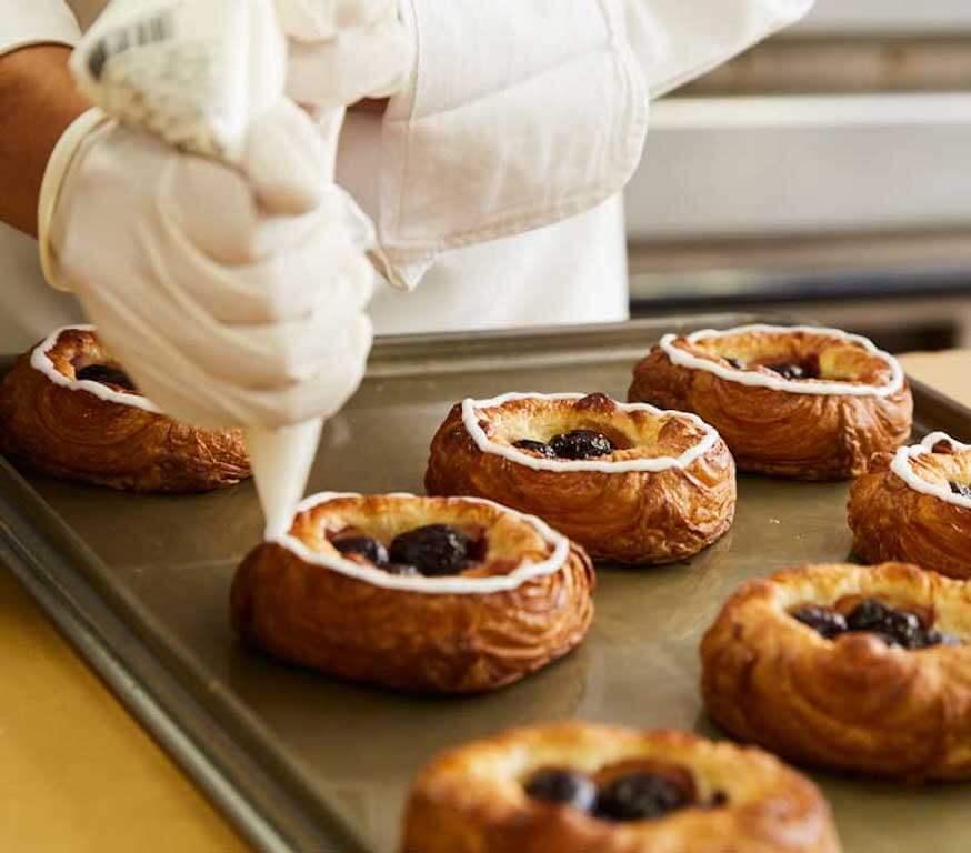 日本市場雖然很喜歡創新,但Little Mermaid Bakery 在製作丹麥酥時,保留了傳統丹麥酥製法,同時酥餡使用的杏仁餡也是由丹麥直送。但在麵粉使用上稍作調整,以帶來較輕盈而酥脆的口感。