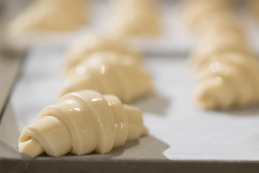 製作牛角包的餅房維持20°C左右,以保持麵糰濕潤,加上法國麵粉和牛油製作麵糰,香味濃郁。