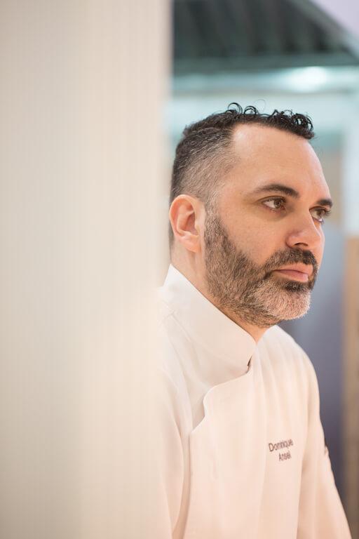 Dominique Ansel有甜品界 梵高之稱,以豐富的創意和想像力為人熟悉。他特 別之處是縱觀他美國、日本還是香港店都各有特色、 風格。以香港店為例,酥點加入港人喜歡的花生醬和麻糬;甜品賣相亦以本地小食為藍本。