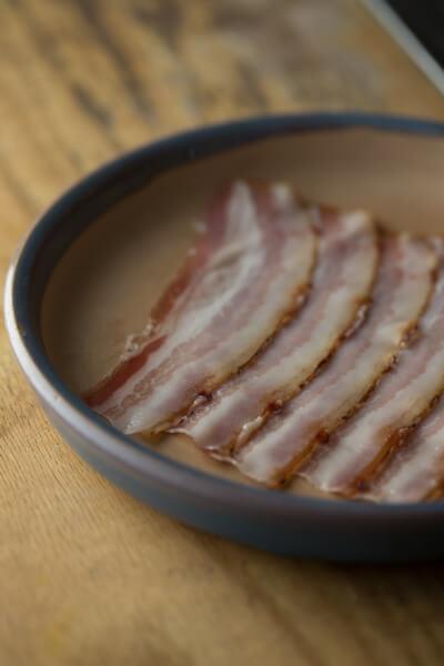 意大利煙肉選用西班牙橡果飼豬腩,並以江門黑糖及鹽醃製。經冷及熱燻三天,才吊起風乾約一個月,烤香後吃肉味非常香甜,質感也柔嫩。($200/400克)