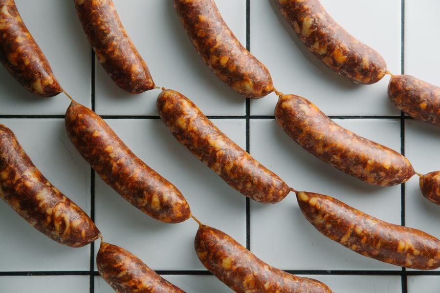 西班牙辣肉腸──即Chorizo,將煙紅椒粉、蒜頭等醃製過的新鮮手切豬肉,連同肥膏釀進豬小腸衣,再經煙燻及風乾。($200/4條)