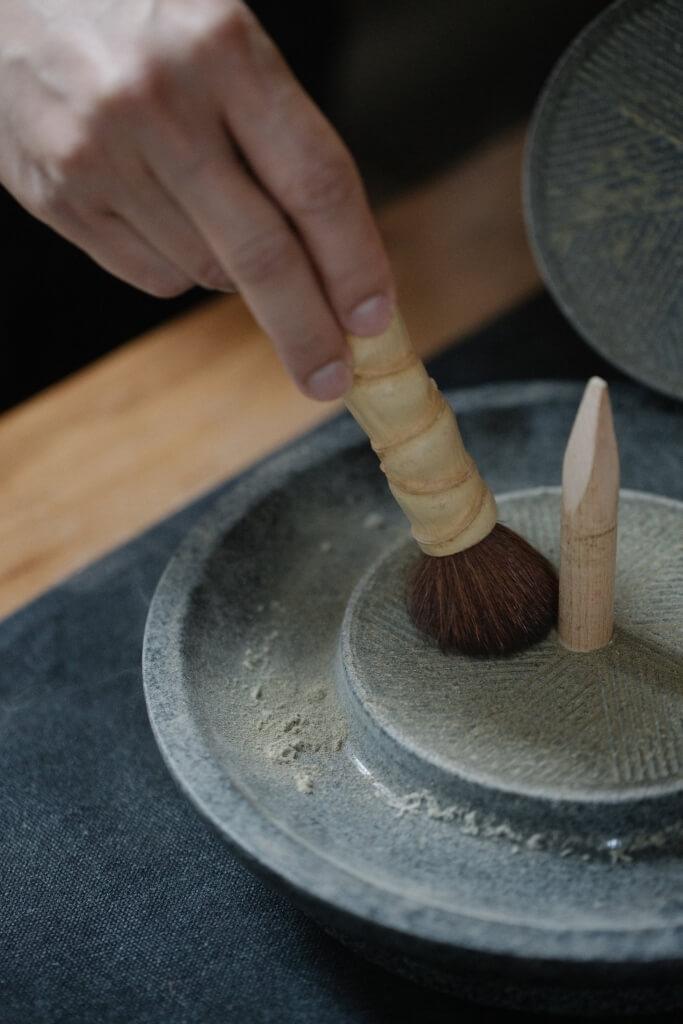 對待茶末必須溫柔,最好用茶帚來掃。