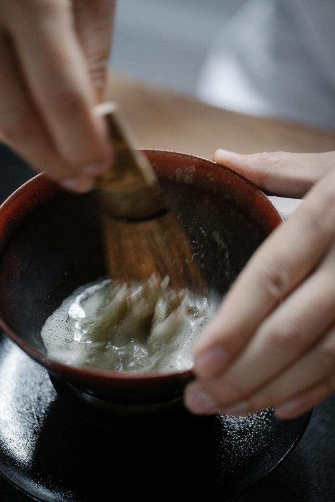 點茶前必須以沸水暖盞,好讓茶末與水完好融合。用茶筅拂擊時,可幻想在茶碗中不停快速畫英文字母W,形成浮面泡沫。