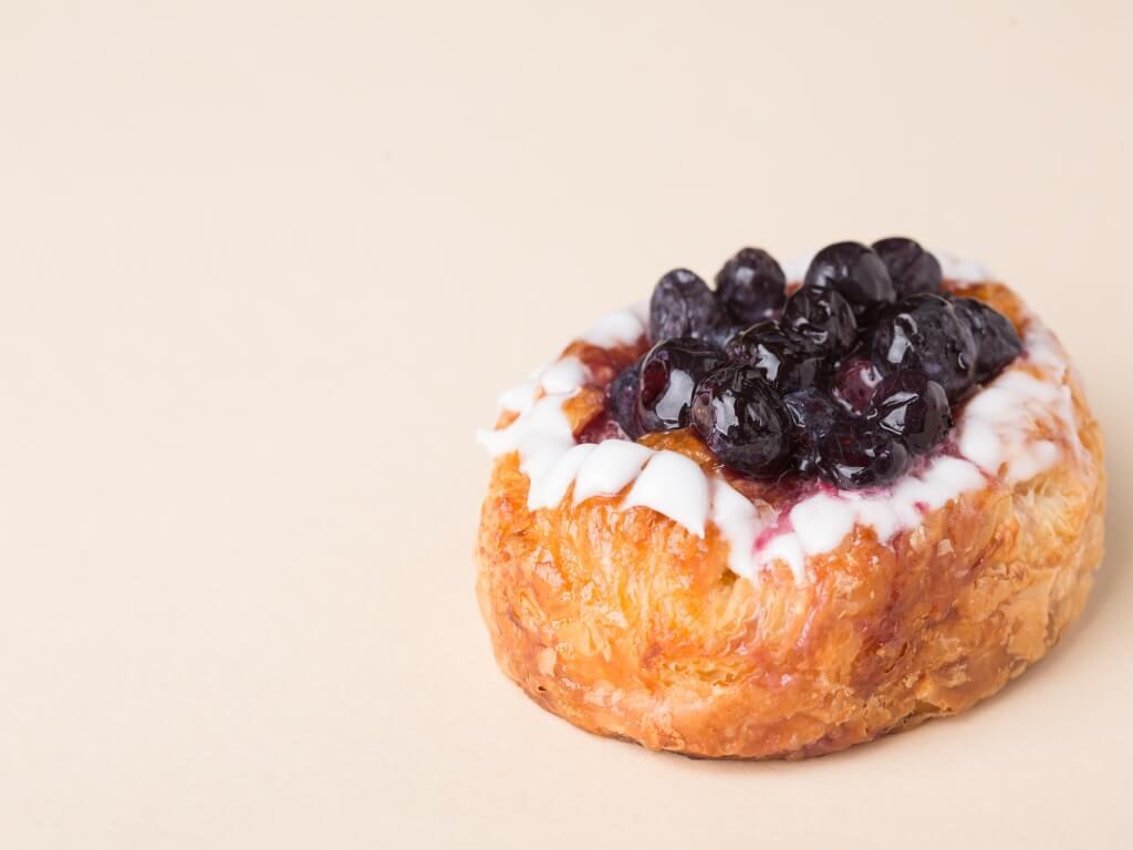 莓丹麥酥//丹麥酥流行的故事亦有另一說法跟十八世紀歐洲戰爭有關。當時部分丹麥人移民美國,繼而流行全球。來到日本,Little Mermaid Bakery保留了傳統以水果作餡料的特色,以滿足愛甜食,重賣相的日本人。($20)