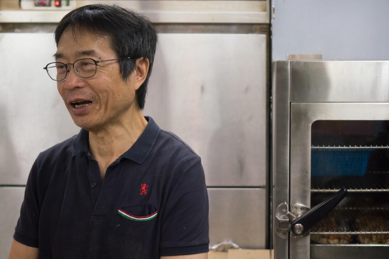 生哥每日都會在工場備貨,砍、切、「啤水」、炆煮,生哥全部都要做。