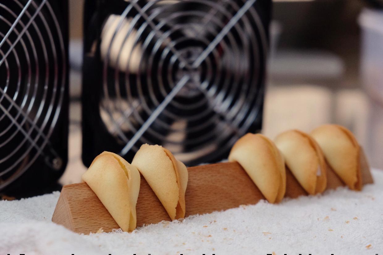 從軟綿綿熱辣辣,變成硬香脆口的曲奇,必先經過吹風放涼這一步。