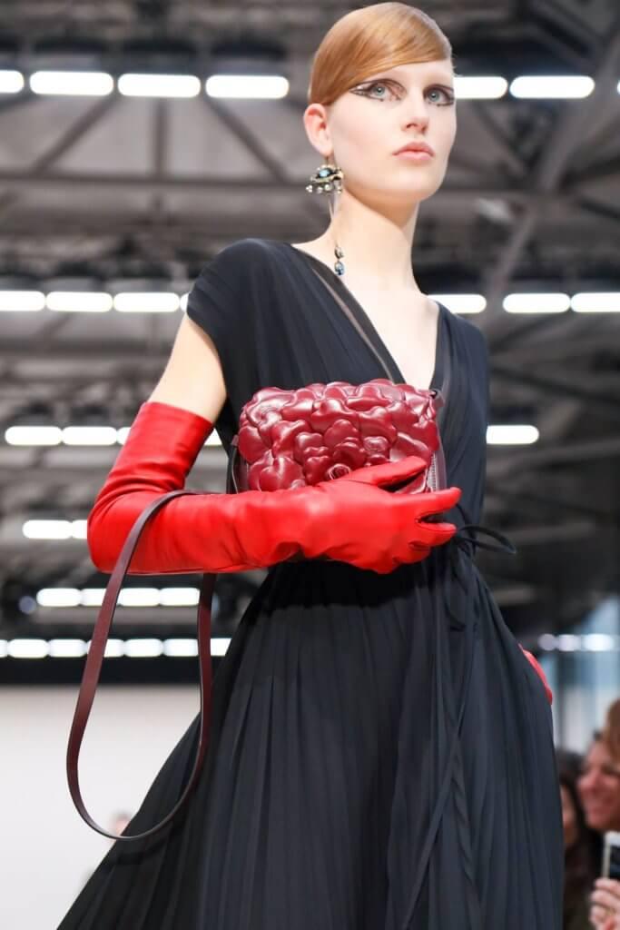 本季手袋以定制工藝注滿花瓣、花朵、蝴蝶結和窩釘等iconic的Valentino的標記。