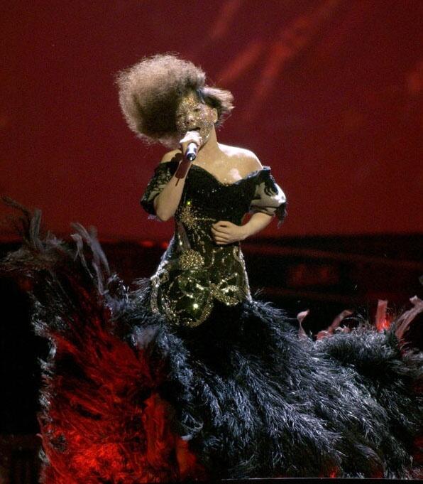 Björk在Alexander Mcqueen的追悼會上,身穿Mcqueen的設計,深情演唱《GloomySunday》。