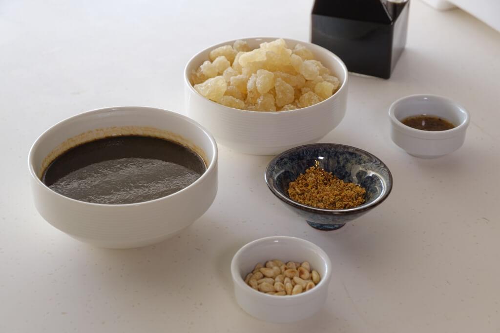 若有豉油雞汁,可以用作熏魚醬料,加入冰糖和鎮江醋,製造酸甜味,特別灑上桂花和松子仁,香味尤佳。