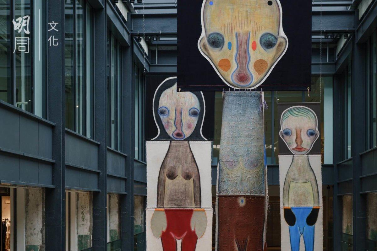 加藤泉的作品以人形生物為主,形象略帶神秘古怪。