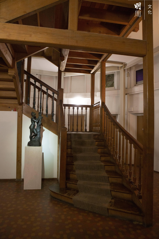 踏上蜂巢主樓的木梯,會聽見「磯磯格格」聲,是歲月的聲音。