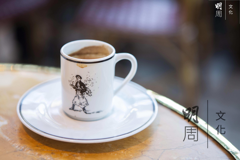 到訪蒙帕納斯的遊客,都喜歡在咖啡館內喝一杯特濃咖啡或朱古力。