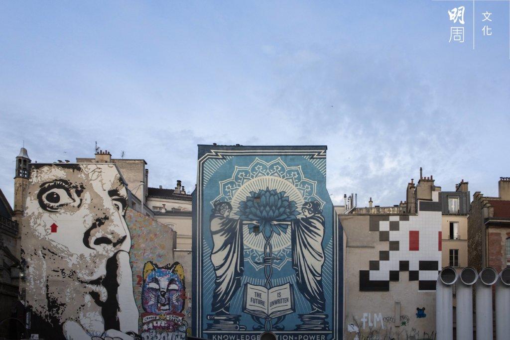 龐比度中心附近的建築物,不少牆身都可見街頭藝術。最左方一幅壁畫,是塗鴉藝術家Jef Aerosol二〇一二年的作品《Chuuuttt!!!》,描繪對象為超現實主義畫家達利。