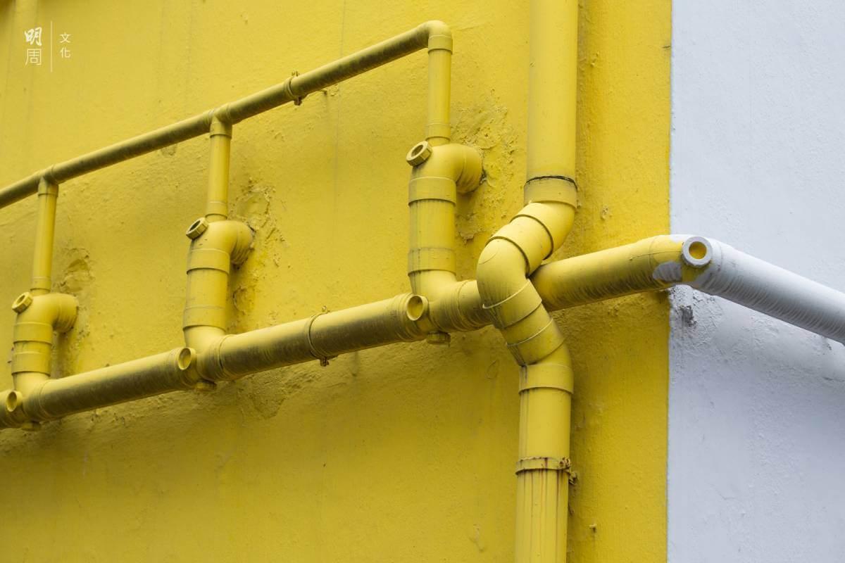 以往樓宇的喉管多數裝在外牆,以免室內喉管滲漏影響下層住戶。但現時不少樓宇把渠管置於室內,藏在樓板下,更難察覺問題和維修。