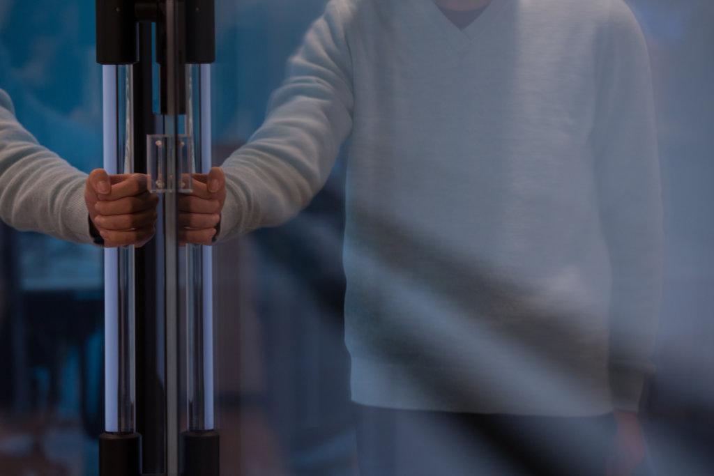 門柄簡潔利落,被不同的公司、中小學和商場採用。