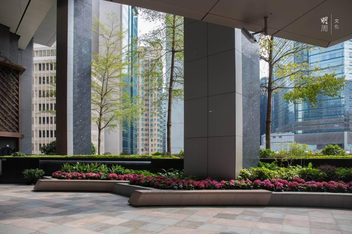 希慎廣場的建築設計考慮到通風,特設開放平台和進行綠化。