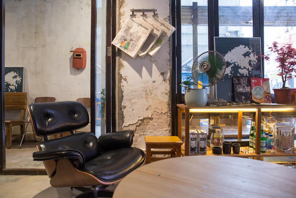 木桌、長方形四腳木櫈、黑色的梳化椅、舊風扇等等拼合出八十年代家的感覺,感覺親切。