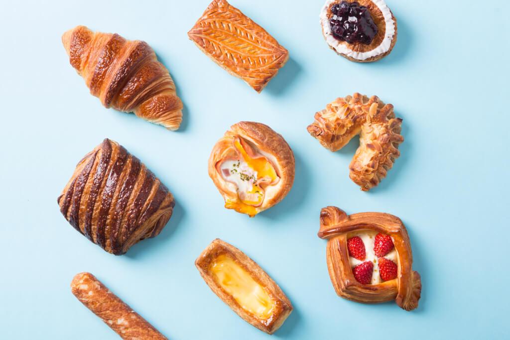 酥由維也納開始,至今傳到也界各地。早年,丹酥人因為新鮮水果很昂貴,所以把水果糖漬以作保存,儲起來享用,故水果餡成了酥的主要餡料。到現在,生活富裕了,製作餡料的食材也愈來愈豐富,有新鮮水果,也有肉餡等等。