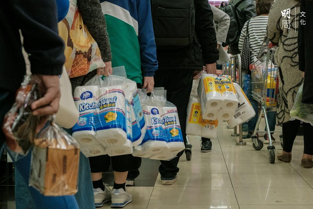 每個人都比平日買得多,貨品自然供不應求。