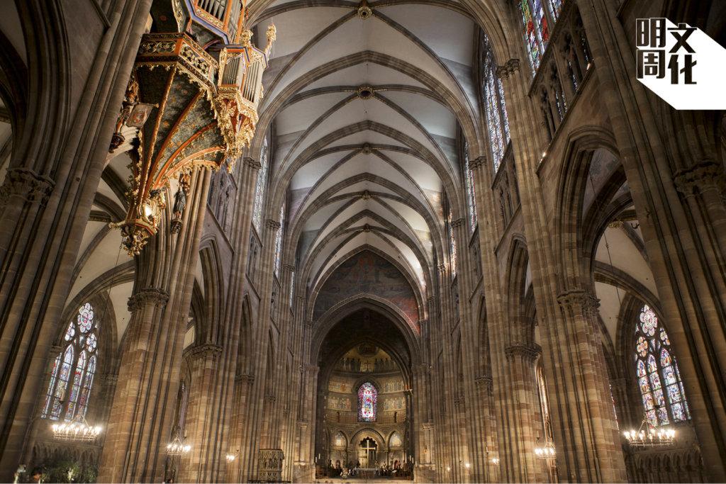 教堂內滲着一絲涼氣,聳立的柱子氣勢懾人。