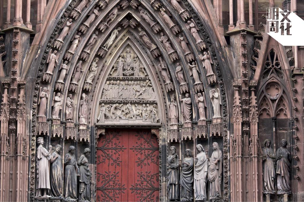 教堂正面有三道門,左門兩旁飾以智慧及愚笨的處女雕塑,代表最後審判的場景。