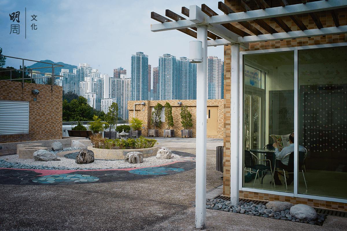靈實寧養院天台,家屬和病人都可以自由暫時上來透氣,吹風,看看園景佈局——「生命之路」。
