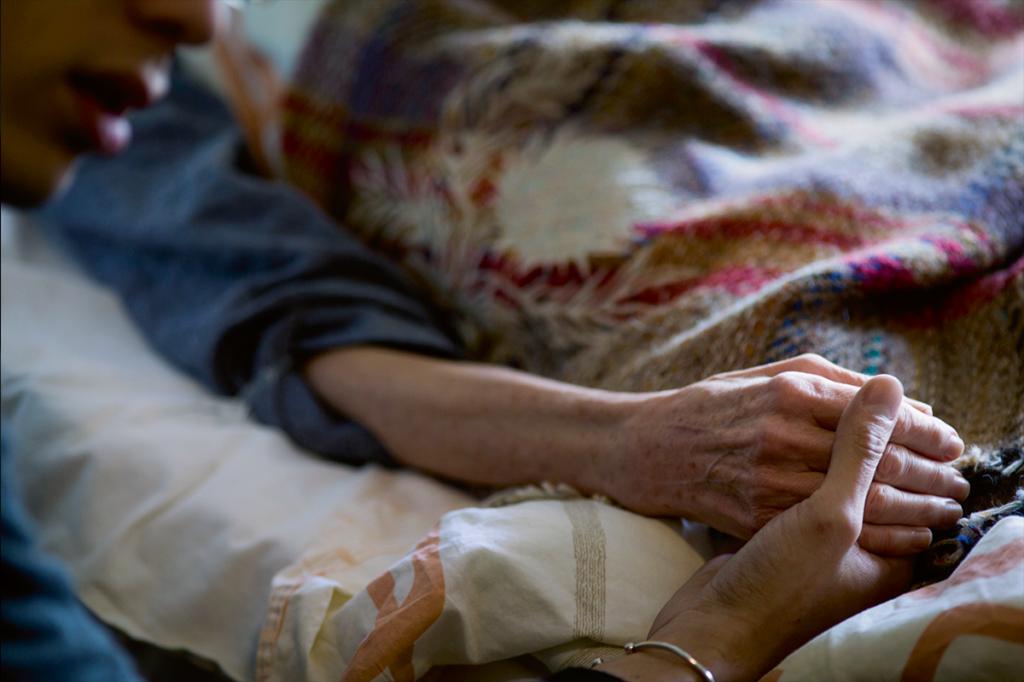 丈夫和兒子分不同時段守護牀邊,緊握住阿芳的手。