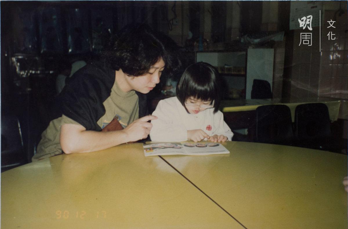 Kitty五歲那年,媽媽耐心和她講故事、教她看圖識字。