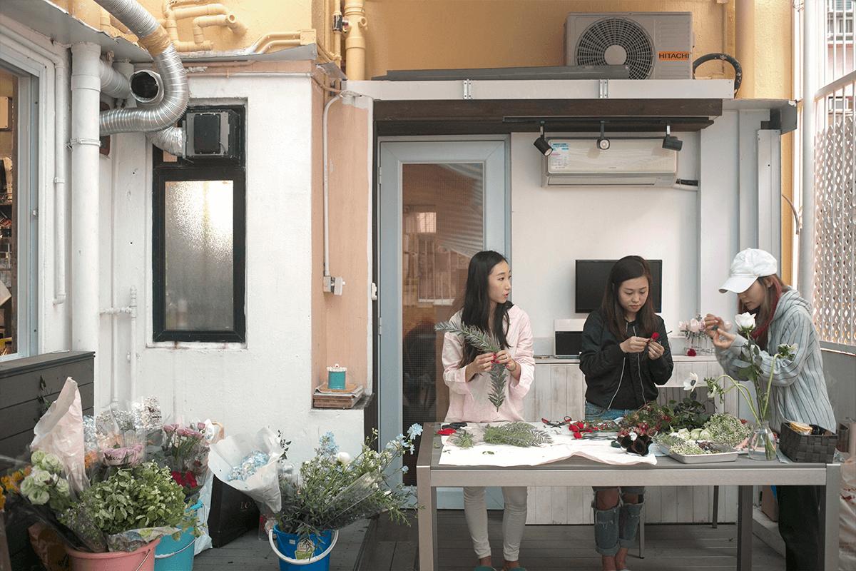 在家辦公做花品,Michelle(左一)和拍檔一起緊鑼密鼓趕工 。